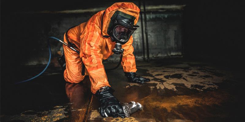 Mitarbeiter vom Tauchservice Naue bei der Tankreinigung