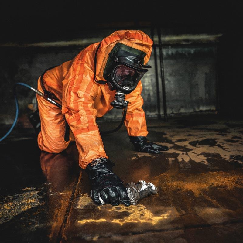 Berufstaucher vom Tauchservice Naue bei der Tankreinigung unter Atemschutz
