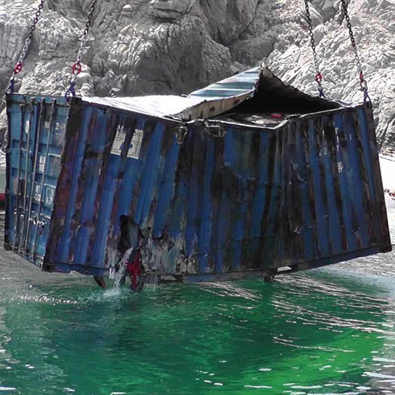 Bergung eines Containers vom Schiffswrack Yussuf mit chemischem Inhalt