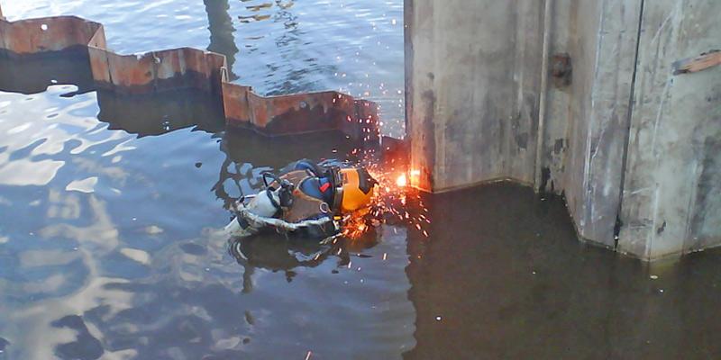 Berufstaucher vom Tauchservice Naue beim Unterwasserschweißen