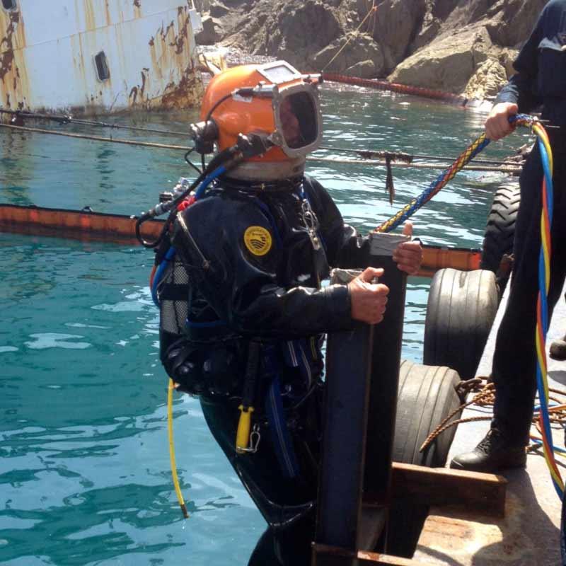 Bergungstaucher auf einer Leiter bei Bergungsarbeiten am Schiffswrack Yussuf