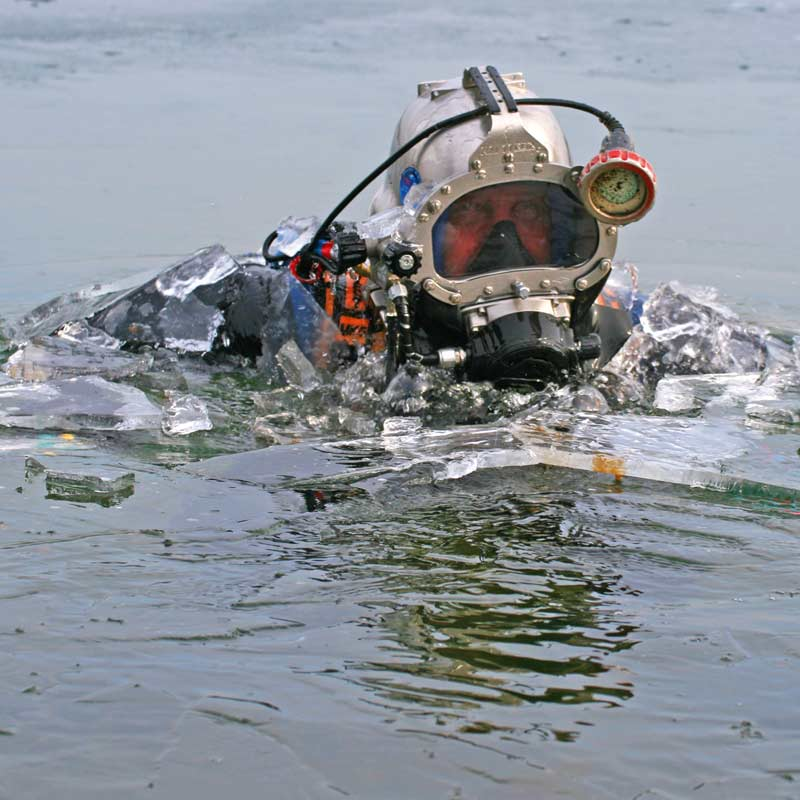 Ein Bergungstaucher vom Tauchservice Naue in einem Eissee